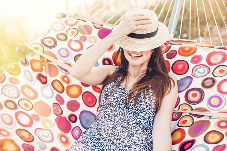 Frau in Hängematte glücklich trotz Rheuma