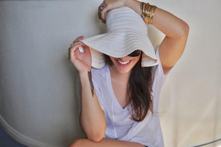 Frau glücklich trotz Rheuma